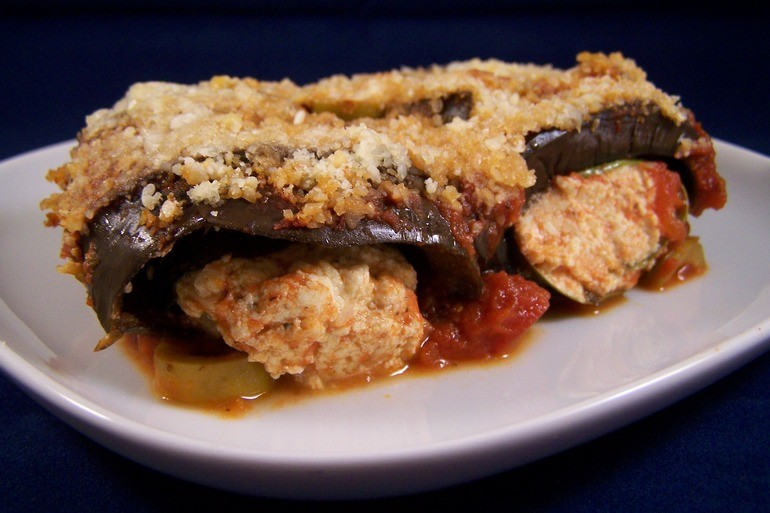 Gevulde auberginerolletjes in tomatensaus, veganistisch, vegetarisch, zonder kaas