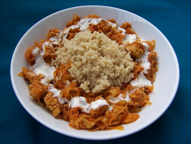 Goulash met zuurkool en tempeh, vegetarisch, veganistisch, zonder melk