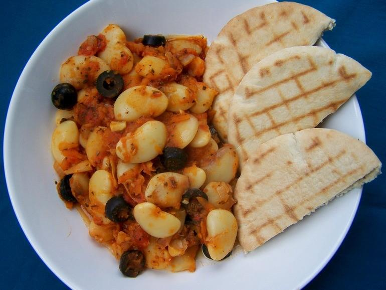 Reuzebonen in tomatensaus,Grieks, limabonen, vegetarisch, veganistisch, plantaardig