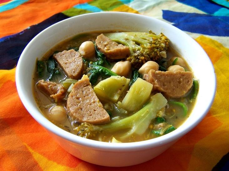 Gumbo met broccoli, spinazie en worst, vegetarisch, veganistisch