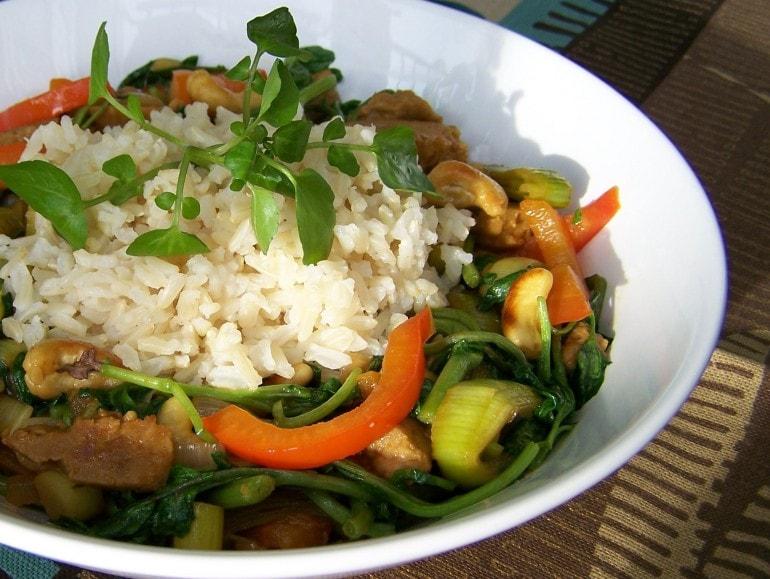 Chinees roerbakschotel met waterkers met seitan en cashewnoten, vegetarisch, veganistisch