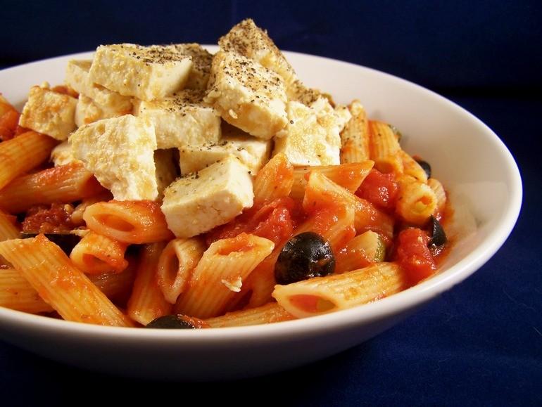 Pasta met tomatensaus en tofu, vegetarisch, veganistisch