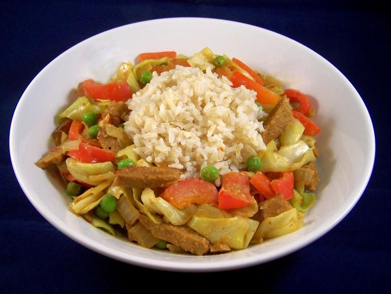 indonesische roerbakcurry met spitskool en doperwtjes – vegetus