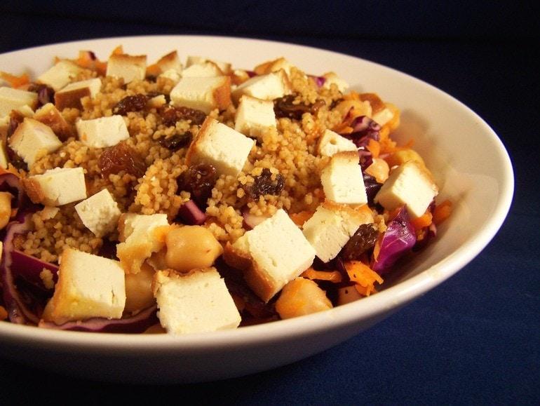 Kikkererwten-rodekoolsalade met kruidige couscous, veganistisch