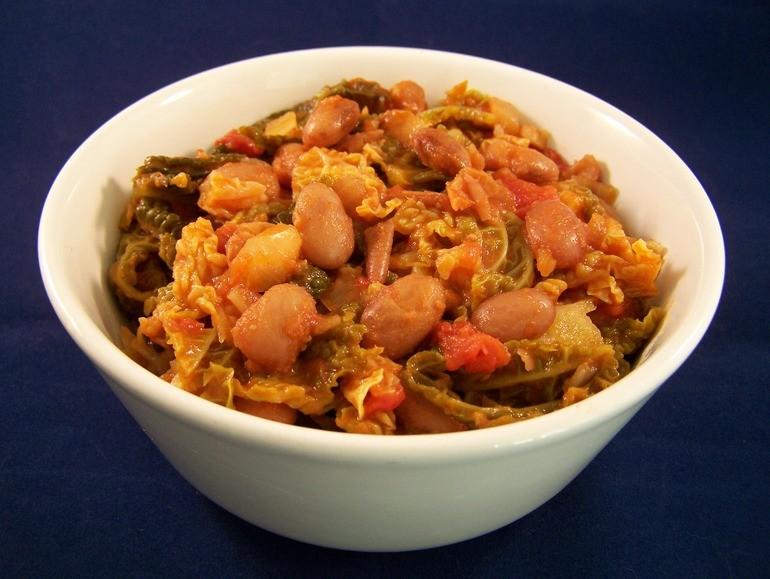 Savooiekool met bonen in pittige tomatensaus, veganistisch, vegetarisch