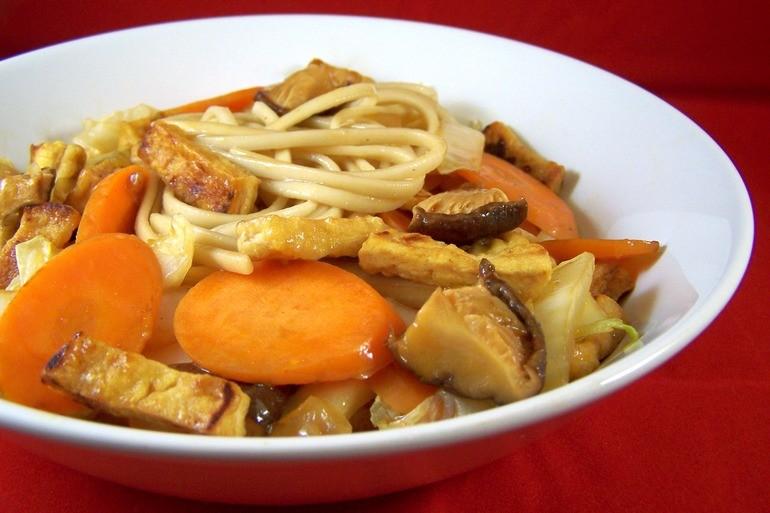 Roerbakmie met shiitakes en tofu, veganistisch