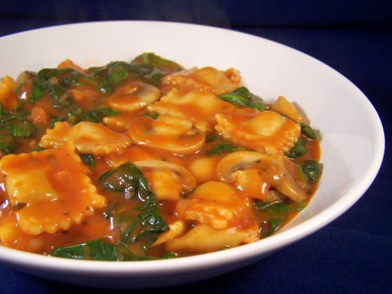 Ravioli in tomatensaus met champignons, veganistisch