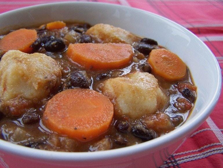 Zwarte bonensoep met maisdumplings, veganistisch
