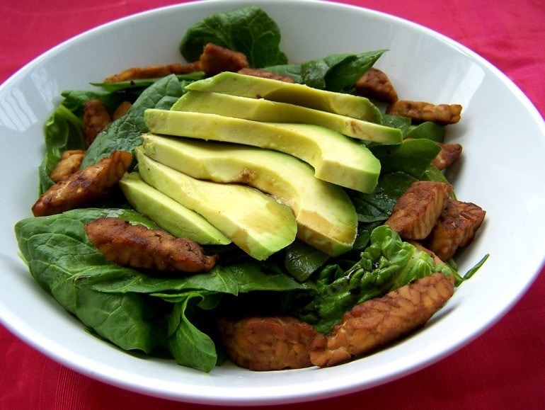 Salade met tempeh en avocado, vegan