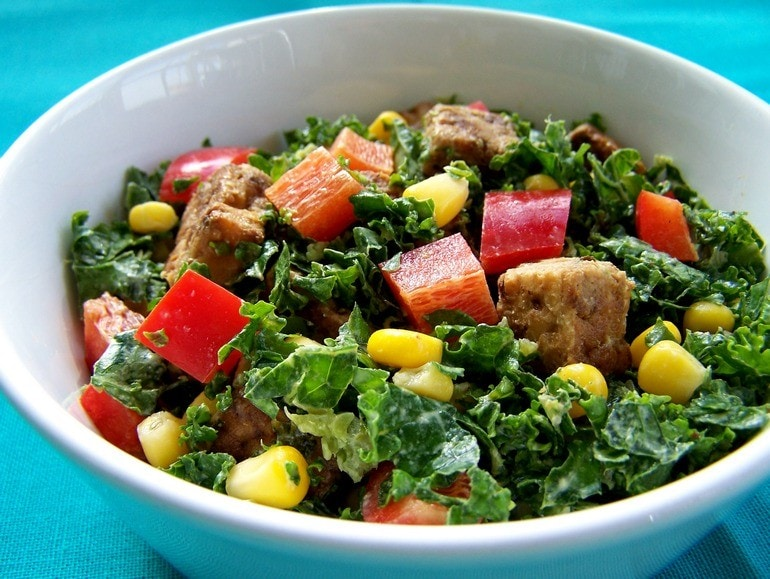 Salade met miso-tahindressing, vegan