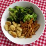 Gebakken gnocchi met broccoli en roerbakreepjes, vegan