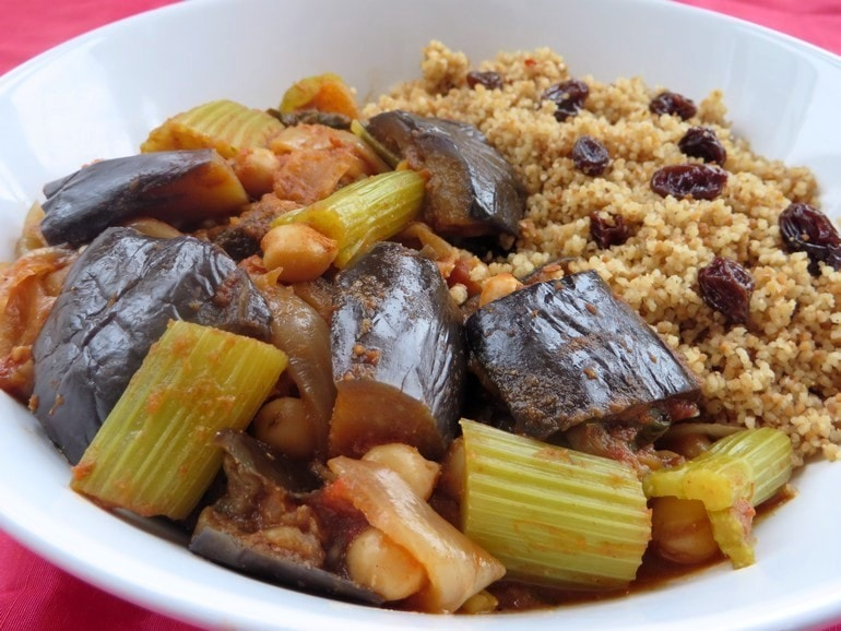 Tajine met aubergine en kikkererwten, vegan