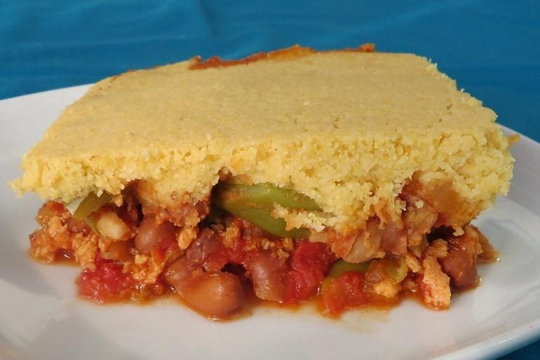 Mexicaanse ovenschotel met maisbrood topping, vegan