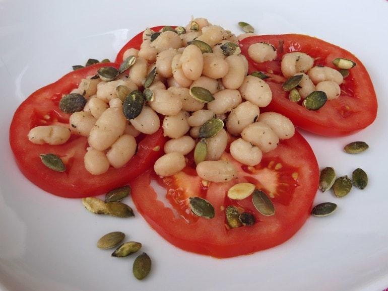 Witte bonensalade met tomaat, vegan