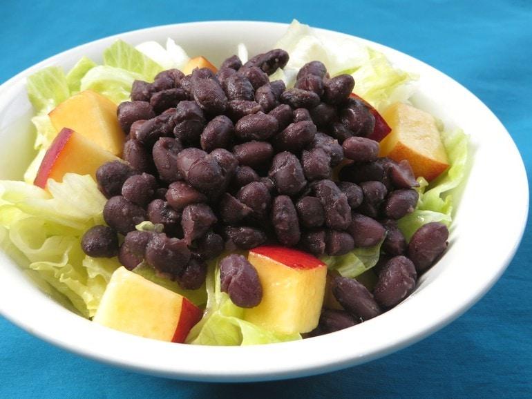 Zwarte bonen salade met nectarine, vegan