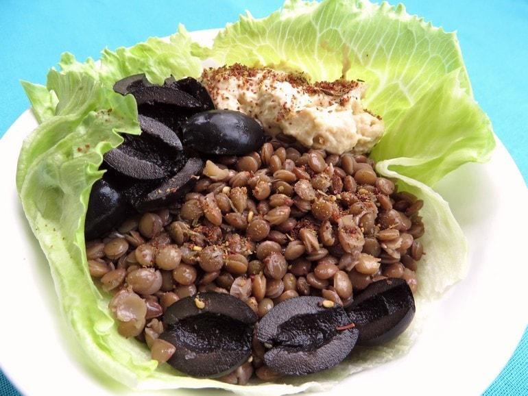 Linzensalade met hummus en olijven, vegan