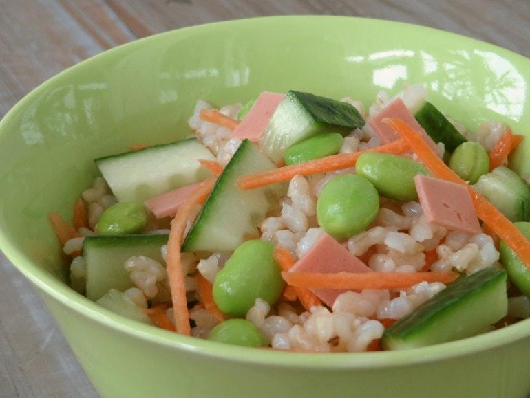 Rijstsalade meRijstsalade met een rooksmaakje, vegan