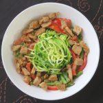 Thaise curry met courgette noodles en kipstukjes, vegan