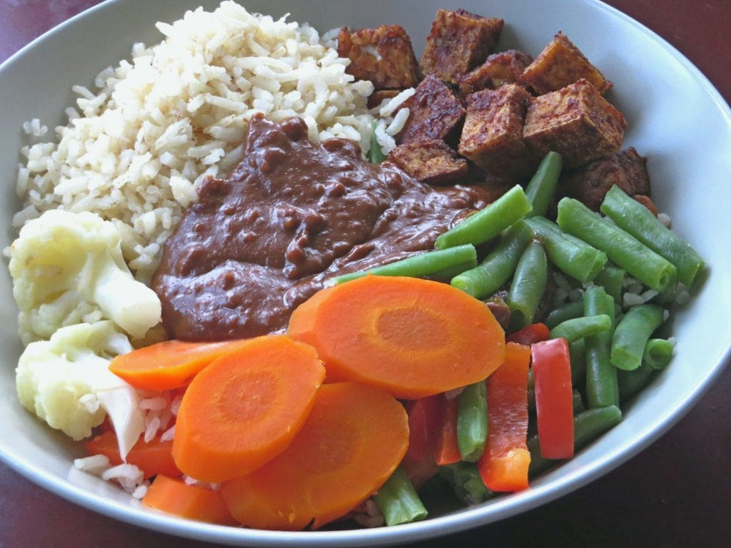 Tempeh manis met pindasaus en groente, vegan