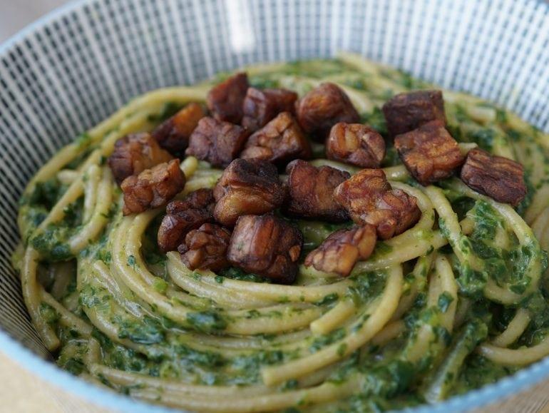 Pasta met spinazie-kaassaus, vegan