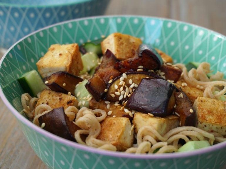 Noodlesalade met gemarineerde aubergine, vegan