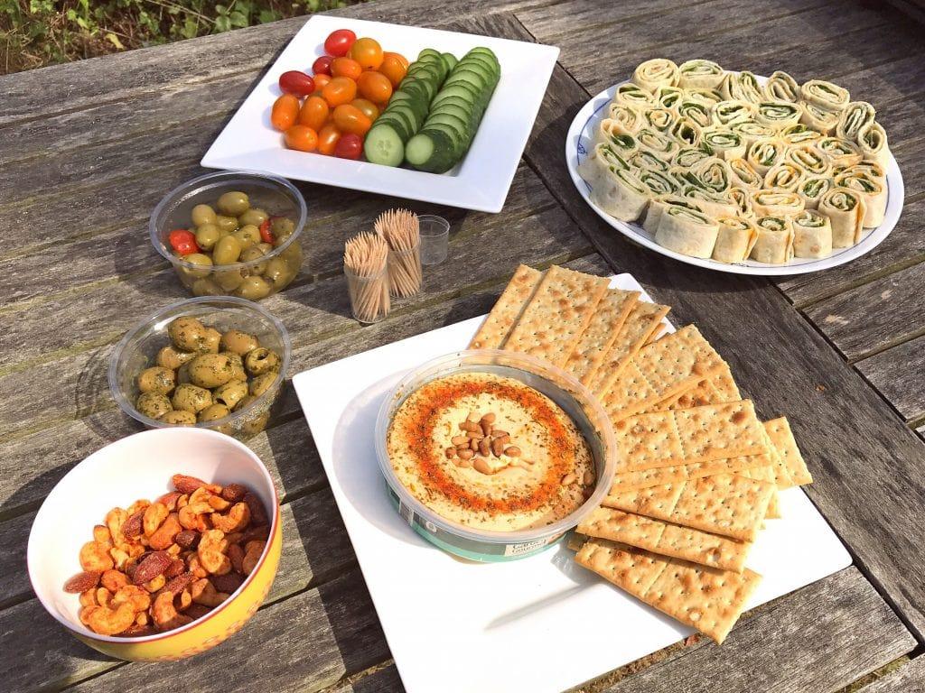 Vegan hapjes, hummus, olijven, snackgroente