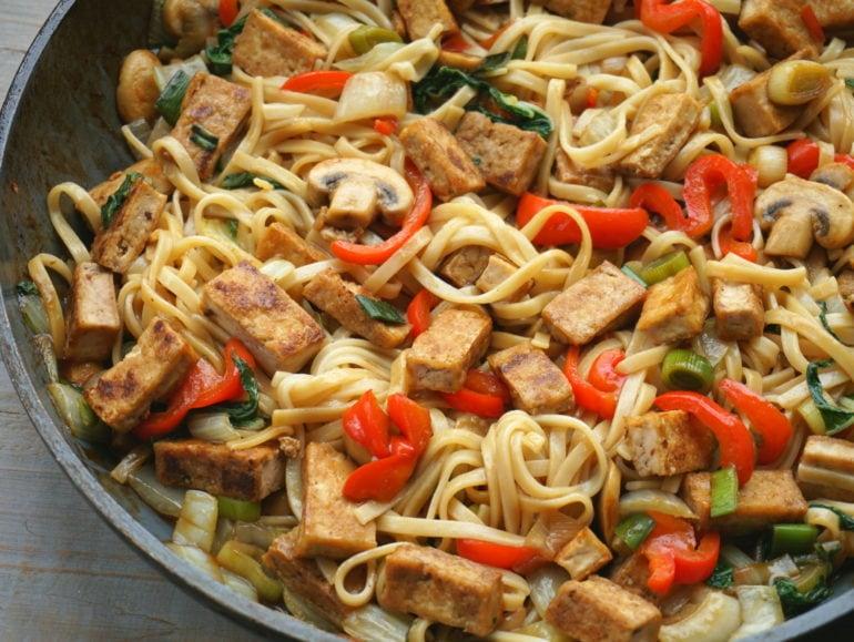 Vegan roerbakschotel met tofu
