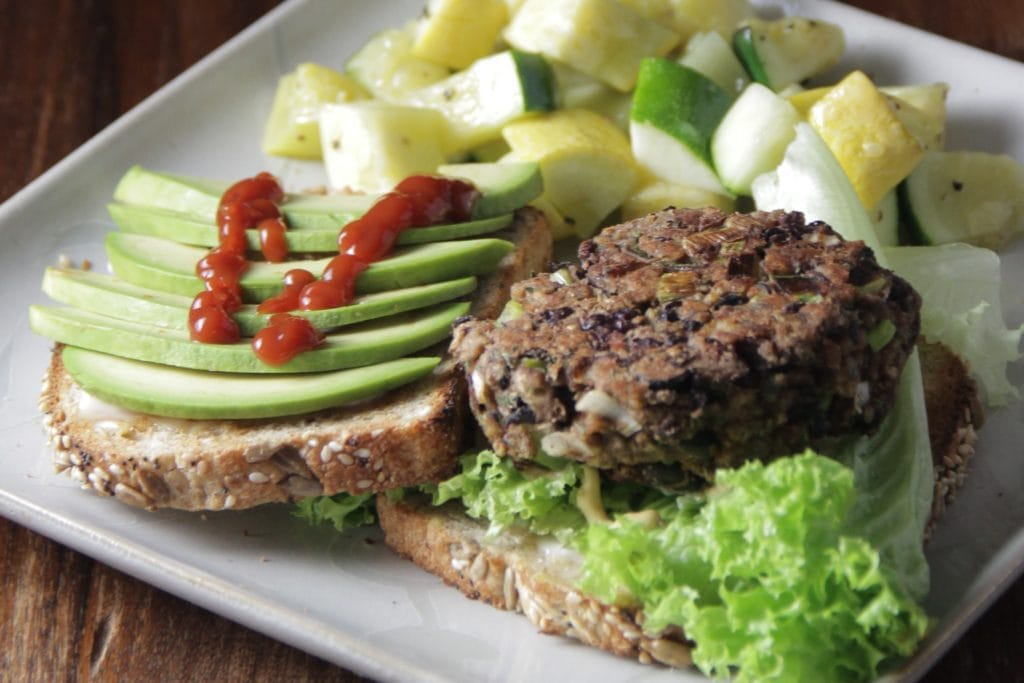 Vegan broodje bonenburger met avocado