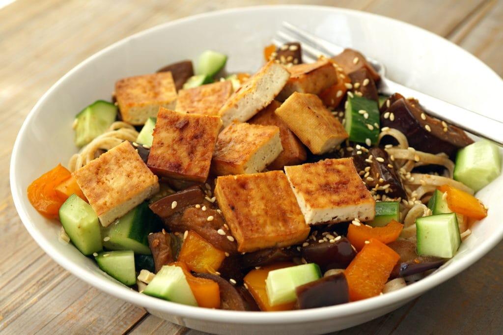 Roerbakschotel met geroosterde tofu vegan