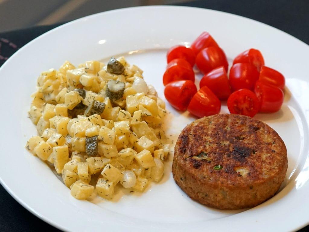 Gele bietensalade met augurk en zilveruitjes
