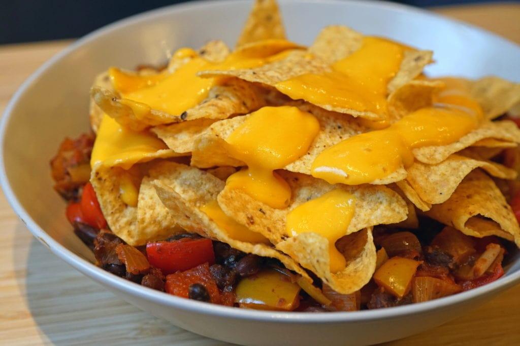 Vegan loaded nacho's met zelfgemaakte vegan kaassaus
